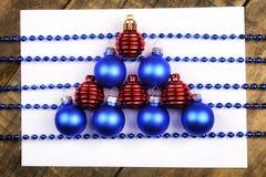 Decoraciones del árbol de navidad en la tabla y la hoja con música no Foto de archivo libre de regalías