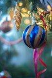 Decoraciones del árbol de navidad en un árbol de navidad Fotografía de archivo libre de regalías