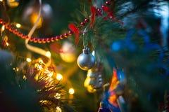 Decoraciones del árbol de navidad en un árbol de navidad Imagen de archivo