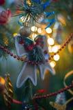 Decoraciones del árbol de navidad en un árbol de navidad Fotos de archivo
