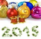 Decoraciones del árbol de navidad en un fondo blanco Fotografía de archivo libre de regalías