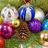 Decoraciones del árbol de navidad en un fondo blanco Fotografía de archivo