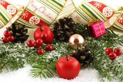 Decoraciones del árbol de navidad en un fondo blanco Foto de archivo