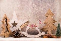 Decoraciones del árbol de navidad en un fondo de madera Con el bokeh o Foto de archivo
