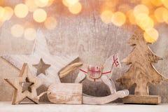 Decoraciones del árbol de navidad en un fondo de madera Con el bokeh o Fotografía de archivo libre de regalías