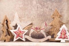 Decoraciones del árbol de navidad en un fondo de madera Con el bokeh o Fotos de archivo