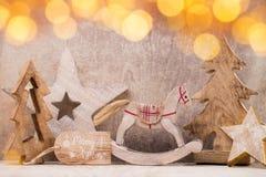 Decoraciones del árbol de navidad en un fondo de madera Con el bokeh o Imagen de archivo