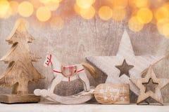 Decoraciones del árbol de navidad en un fondo de madera Con el bokeh o Foto de archivo libre de regalías