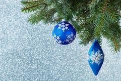 Decoraciones del árbol de navidad en una rama spruce Imagen de archivo libre de regalías
