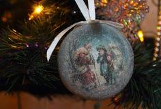 Decoraciones del árbol de navidad - primer de la bola de la Navidad Fotos de archivo