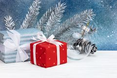 Decoraciones del árbol de navidad, rama de árbol de abeto de plata y boxe del regalo Imagen de archivo