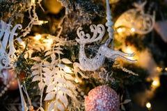 Decoraciones del árbol de navidad - un raindeer del juguete que cuelga en una rama foto de archivo