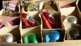 Decoraciones del árbol de navidad del viejo estilo en la caja Foto de archivo