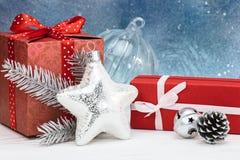 Decoraciones del árbol de navidad y cajas de regalo contra backgroun azul Imágenes de archivo libres de regalías