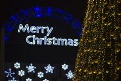 Decoraciones del árbol de navidad y Feliz Navidad Fotografía de archivo libre de regalías