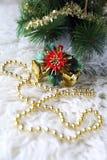 Decoraciones del árbol de navidad y guirnalda goldish Fotos de archivo