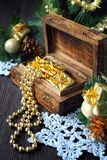 Decoraciones del árbol de navidad y guirnalda goldish Imagen de archivo libre de regalías