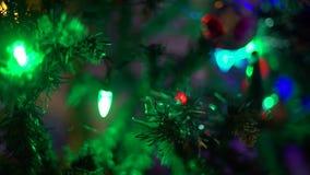 Decoraciones del árbol de navidad y guirnalda que oscila metrajes