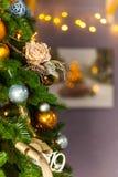 Decoraciones del árbol de navidad y de la Navidad en colores amarillos y azules fotografía de archivo