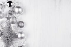 Decoraciones del Año Nuevo del brillo plateado en el fondo de madera blanco Foto de archivo