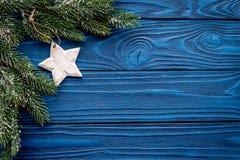 Decoraciones del Año Nuevo con el branche y la estrella del árbol de navidad en mofa de madera azul del veiw del top del fondo pa Foto de archivo