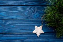 Decoraciones del Año Nuevo con el branche y la estrella del árbol de navidad en mofa de madera azul del veiw del top del fondo pa Fotografía de archivo libre de regalías