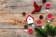 Decoraciones del Año Nuevo con el pájaro, los juguetes de la casa y el branche del árbol de navidad en mofa de madera del veiw de Imagen de archivo