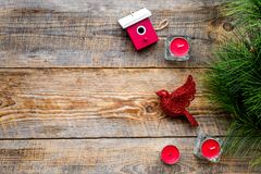 Decoraciones del Año Nuevo con el pájaro, los juguetes de la casa y el branche del árbol de navidad en mofa de madera del veiw de Foto de archivo libre de regalías