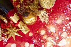 Decoraciones del Año Nuevo con la botella de champán Fotografía de archivo libre de regalías