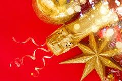 Decoraciones del Año Nuevo con la botella de champán Imágenes de archivo libres de regalías