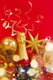 Decoraciones del Año Nuevo con la botella de champán Imagenes de archivo