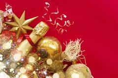 Decoraciones del Año Nuevo con la botella de champán Imagen de archivo libre de regalías