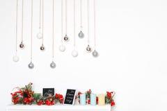 Decoraciones del Año Nuevo con las bayas, las velas y las bolas rojas heladas de la plata Tema de los días de fiesta de invierno  Fotos de archivo