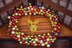 Decoraciones del Año Nuevo con las bolas y los ciervos del colourfull Fotografía de archivo