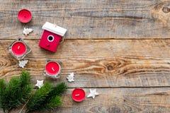 Decoraciones del Año Nuevo con los juguetes de la casa, las velas y el branche del árbol de navidad en mofa de madera del veiw de Foto de archivo