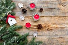 Decoraciones del Año Nuevo con los juguetes de la casa, las velas y el branche del árbol de navidad en mofa de madera del veiw de Fotos de archivo