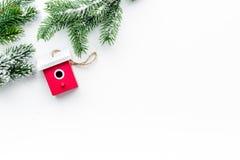 Decoraciones del Año Nuevo con los juguetes y branche del árbol de navidad en la mofa blanca del veiw del top del fondo para arri Imagen de archivo libre de regalías