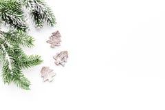 Decoraciones del Año Nuevo con los juguetes y branche del árbol de navidad en la mofa blanca del veiw del top del fondo para arri Imágenes de archivo libres de regalías