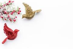 Decoraciones del Año Nuevo con los juguetes y branche del árbol de navidad en la mofa blanca del veiw del top del fondo para arri Fotografía de archivo