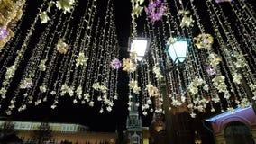 Decoraciones del Año Nuevo de la iluminación de la Navidad, calle brillante de la noche cerca de la Moscú el Kremlin en la noche, metrajes