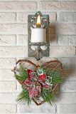 Decoraciones del Año Nuevo de la Navidad - la vela y el árbol de navidad juegan Fotos de archivo