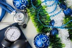 Decoraciones del Año Nuevo de la Navidad y dispositivos de diagnóstico médicos Estetoscopio con un dispositivo para medir la pres Foto de archivo