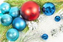 Decoraciones del Año Nuevo en el fondo blanco con las bolas y el árbol de abeto Imágenes de archivo libres de regalías