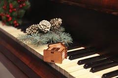 Decoraciones del Año Nuevo en el teclado de piano Concepto de la Navidad Fotografía de archivo libre de regalías