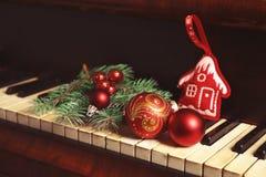 Decoraciones del Año Nuevo en el teclado de piano Concepto de la Navidad Imagen de archivo libre de regalías