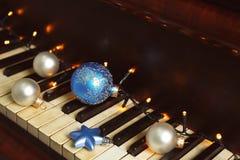 Decoraciones del Año Nuevo en el teclado de piano Concepto de la Navidad Imagen de archivo
