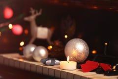 Decoraciones del Año Nuevo en el teclado de piano Concepto de la Navidad Imágenes de archivo libres de regalías
