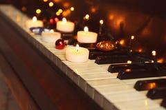 Decoraciones del Año Nuevo en el teclado de piano Concepto de la Navidad Fotos de archivo libres de regalías