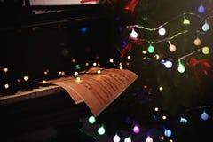 Decoraciones del Año Nuevo en el teclado de piano Concepto de la Navidad Imagenes de archivo
