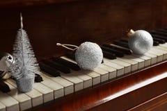 Decoraciones del Año Nuevo en el teclado de piano Navidad Imagen de archivo libre de regalías